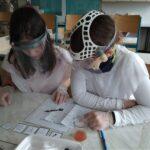 Fotografie dětí v laboratoři při práci
