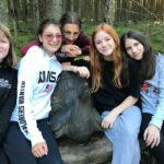 žáci III.NG na skupinové fotografii u lesa
