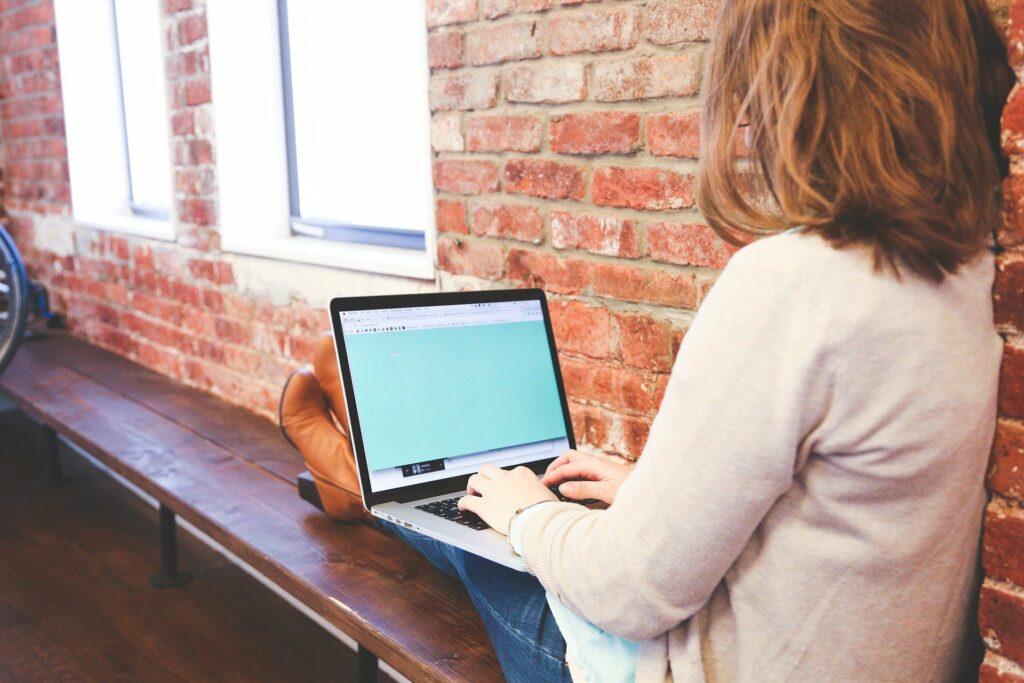 slečna s počítačem na klíně