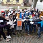 žáci I. NG u poštovní schránky