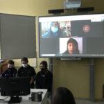 interaktivní tabule a několik žáků u PC
