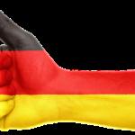 německá vlajka s palcem nahoru