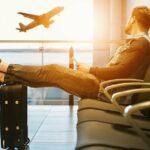 muž čekající na letišti